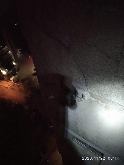 Obrushvane na mazilka i izmazvane na fasada ot alpinisti
